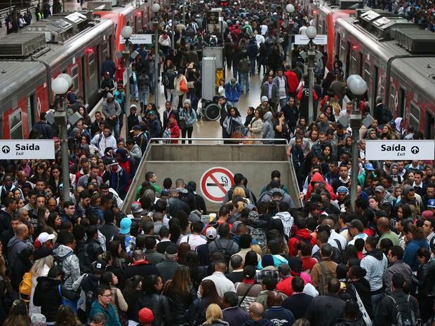 Movimentação intensa de passageiros na estação Luz do metrô em São Paulo no começo da manhã desta segunda-feira (21) (Foto: Marcos Bezerra/Futura Press/Estadão Conteúdo)