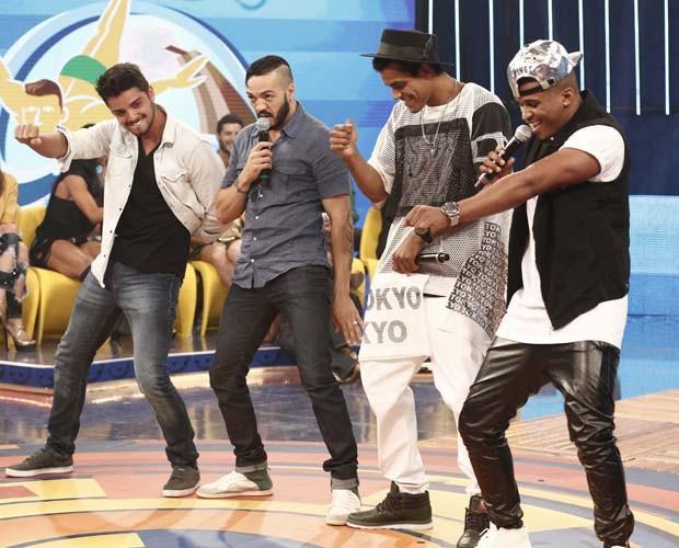 Rodrigo Simas ensina dança no palco do Caldeirão  (Foto: Inácio Moraes/Gshow)