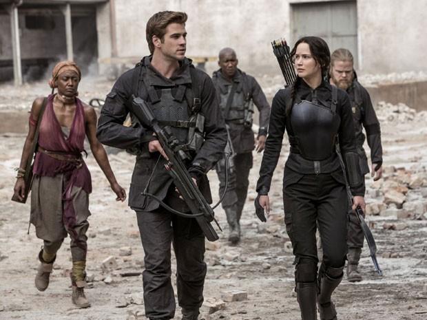 Liam Hemsworth  e Jennifer Lawrence em cena de 'Jogos vorazes: A esperança – Parte 1' (Foto: Divulgação)