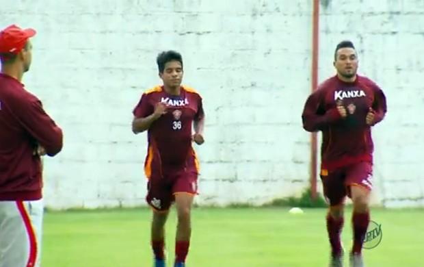 Yago (à esquerda) durante treino do Boa Esporte (Foto: Reprodução EPTV)