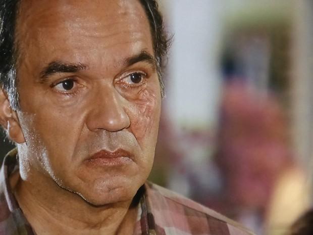 Virgílio sente o golpe e fica magoado, mas diz que não é bobo (Foto: Em Família/TV Globo)