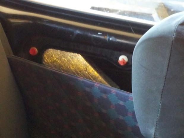 Havia pacotes da droga nos bancos e até nas laterais do carro  (Foto: Giliardy Freitas/ TV TEM)