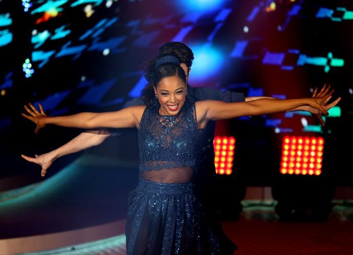 Negra Li se divertiu muito durante a apresentação rock'n'roll do 'Dança' (Foto: Carol Caminha / Gshow)