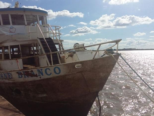 Barco já flutua após ter parte submersa pela água em temporal (Foto: Divulgação/Cisne Branco)