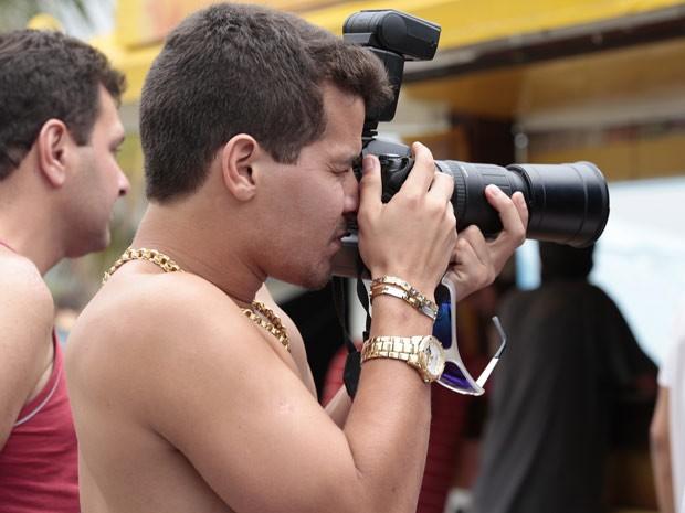 Thiago Martins faz graça e brinca de ser fotógrafo nos bastidores (Foto: Avenida Brasil / TV Globo)