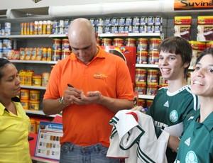 São Marcos distribuindo autógrafos (Foto: Hugo Crippa/GLOBOESPORTE.COM)