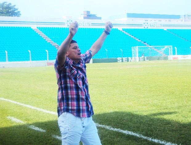 Celinho comemora gol do Internacional no Estadual feminino (Foto: Afonso Diniz/Globoesporte.com)