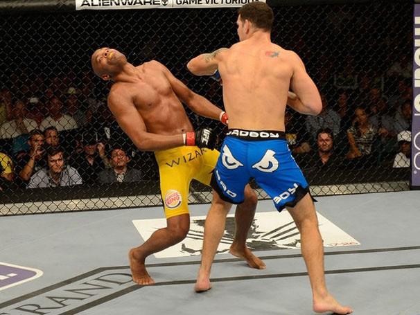 A Globo transmite uma das lutas mais esperadas do ano: Anderson Silva e Chris Weidman, pelo UFC (Foto: getty images)
