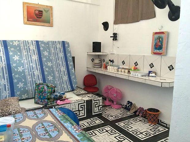 Eletrodomésticos, frigobar e estoque de alimentos foram encontrados em cela de presídio  (Foto: Divulgação/SSP-AM)