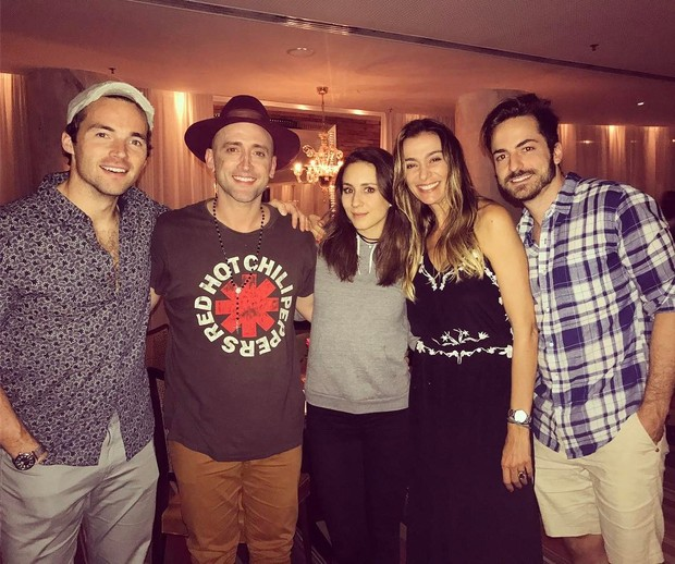Ian Harding, Paulo Gustavo, Troian Bellisario, Mônica Martelli e Thales Bretas (Foto: Instagram / Reprodução)