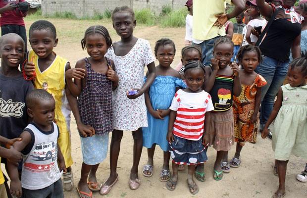 Crianças da comunidade Fendell atendidas pela Escola de Bambu (Foto: Vinicius Zanotti/ Divulgação)