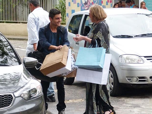 Gustavo oferece ajuda, mas com segundas intenções (Foto: Guilherme Toscano/Gshow)