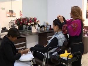 Manicure e cabeleireira admitem que maior parte do tempo é dedicada à profissão  (Foto: Reprodução / EPTV)