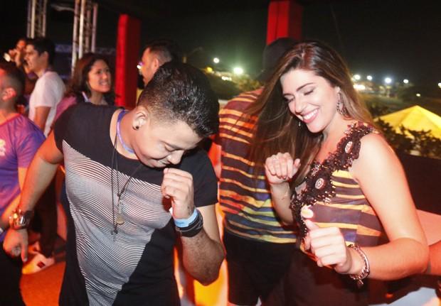 Vivian dança com o cantor sertanejo  Robson Ribeiro  (Foto: Fred Pontes/Balada In/Divulgação)