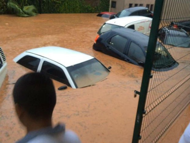 Água arrastou carros e causou transtornos aos moradores de Itatiba (Foto: Reprodução/TV TEM)