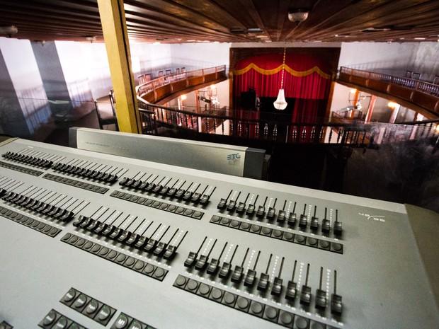 Sala onde fica caixa de luz e equipamentos de som  (Foto: Jonathan Lins/G1)