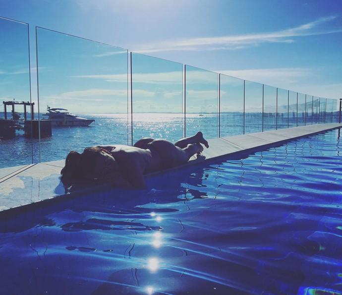 Gabrielle Cardoso pega sol na piscina e exibe curvas perfeitas (Foto: Arquivo Pessoal)