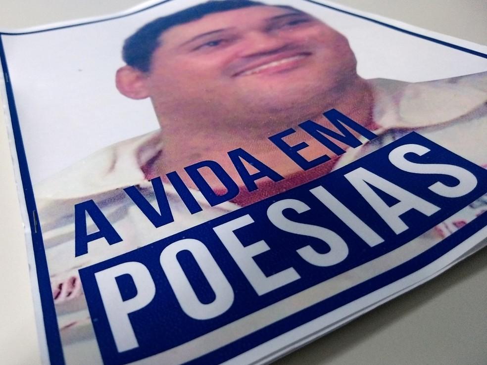 Esboço de 'A Vida em Poesias' foi entregue em Anhumas durante um evento (Foto: Stephanie Fonseca/G1)
