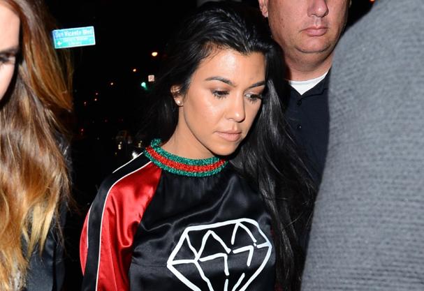 Kourtney Kardashian usa moletom statement da Gucci. Logomania voltou com tudo! (Foto: AKM-GSI)