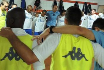 Jogadores do Santo André cantam o hino antes do jogo (Foto: Fabrício Cortinove / EC Santo André)