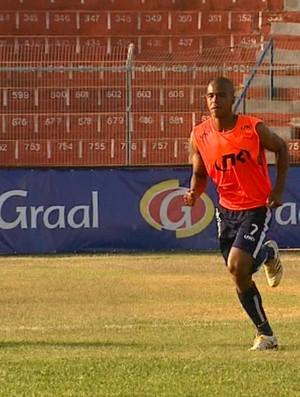 Volante Jé durante treino do São Carlos (Foto: Marlon Tavoni/ EPTV)