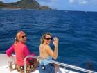Que fofo! Mariana Ximenes e Angélica apreciam golfinhos em Noronha