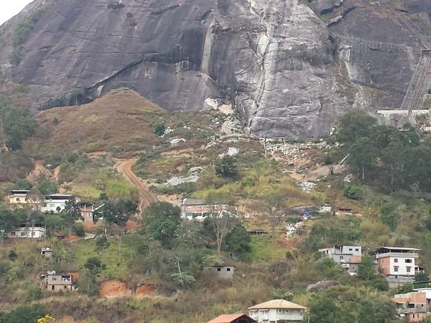 Aproximando a imagem é possível ver escombros de casas (Foto: Juliana Scarini / G1)
