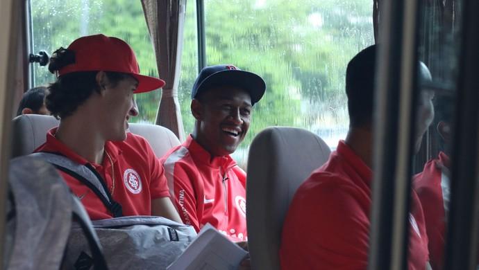 Jogadores do Inter em ônibus da delegação na cidade de Santa Cruz de la Sierra (Foto: Diego Guichard)
