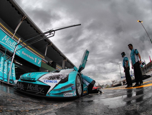 Stock Car - Barrichello treina sob chuva em Brasília (Foto: Miguel Costa Jr. / divulgação)