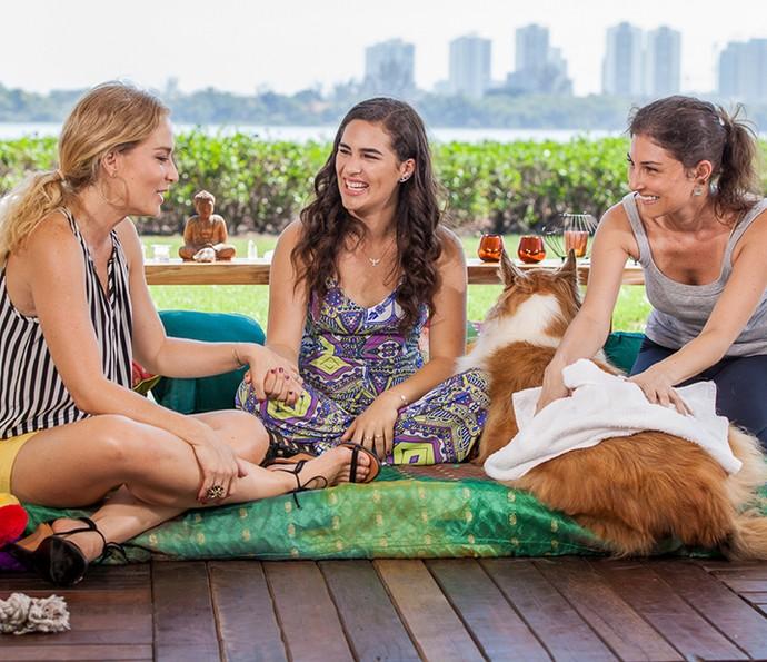 Cachorrinha ganha massagem relaxante enquanto Angélica e Lívian conversam (Foto: Arthur Meninea/Gshow)