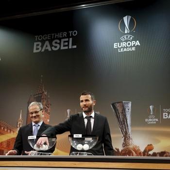 Alexander Frei, ex-jogador da Suíça, em sorteio da Uefa (Foto: Reuters)