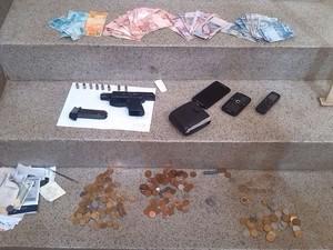 Dinheiro, arma e objetos encontrados com suspeitos de assalto em Piracicaba (Foto: Divulgação/PM)