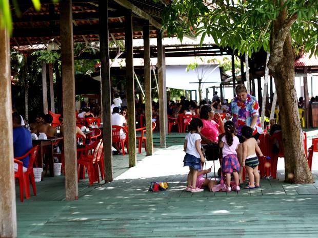 Área de lazer tem bastante espaço para as crianças brincarem à sombra (Foto: Ingrid Bico/G1)