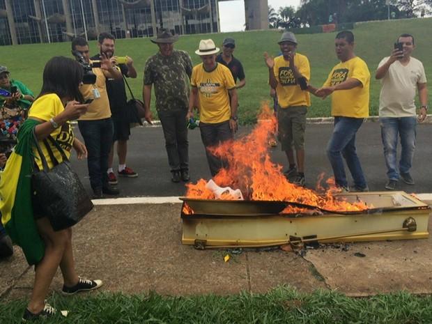 Manifestantes queimam caixão com imagens da presidente Dilma Rousseff e boneco inflável do ex-presidente Lula em ato pró-impeachment em Brasília (Foto: Jéssica Nascimento/G1)