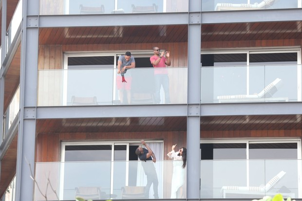 Will Smith, Kim Kardashian e Kanye West na sacada do hotel (Foto: André Freitas / AgNews)