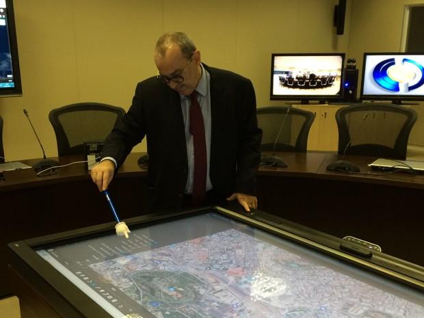 Mesa tática é utilizada no CICCR para traçar estatégia operacional (Foto: Henrique Coelho/G1)
