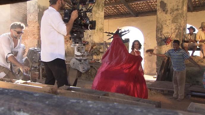Luiz Fernando dirige cena com dança entre Camila Pitanga e careta (Foto: TV Bahia)