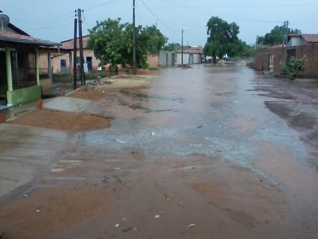 Avenida ficou alagada depois da chuva que caiu neste domingo, em Araguaína (Foto: Samuel Luz Nunes da Silva/VC no G1)