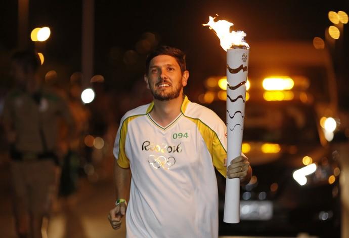Repórter Thierry Gozzer corre com a tocha olímpica em Brasília (Foto: Divulgação/Rio 2016 )