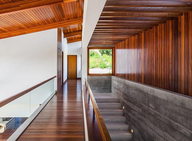 arquitetos Henrique Reinach e Mauricio Mendonça, da Reinch Mendonça - cumaru, pergolado, concreto (Foto: Nelson Kon/Editora Globo)