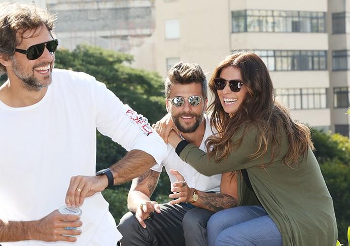 Junto com Leonardo Nogueira, diretor artístico de 'Sol Nascente', Giovanna Antonelli e Bruno Gagliasso se divertem no set de filmagem (Foto: Carol Caminha / Gshow)