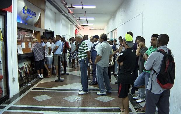 Torcedores fazem fila para comprar ingresso para o Ba-Vi (Foto: Reprodução/TV Bahia)