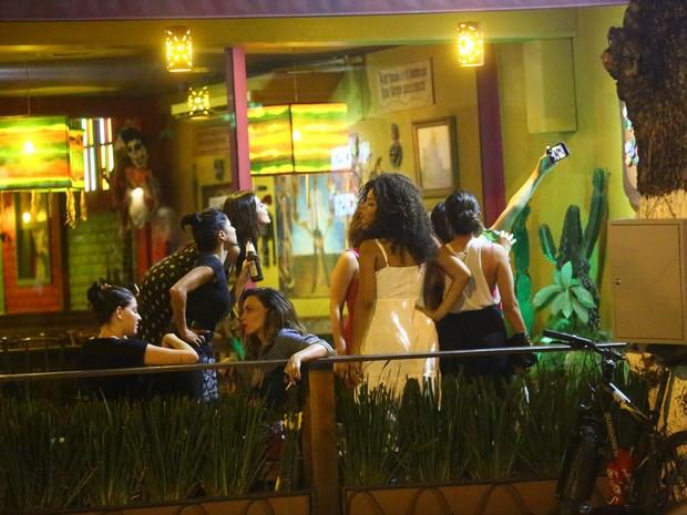 Famosas em restaurante na Zona Oeste do Rio (Foto: Ag. News)