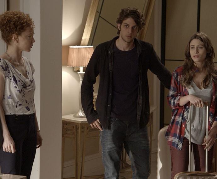 Maria José ajuda a filha e o genro com as malas (Foto: TV Globo)