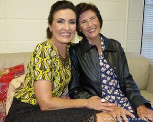 Fátima posa com Dona Eunice no camarim (Foto: Encontro com Fátima Bernardes/ TV Globo)