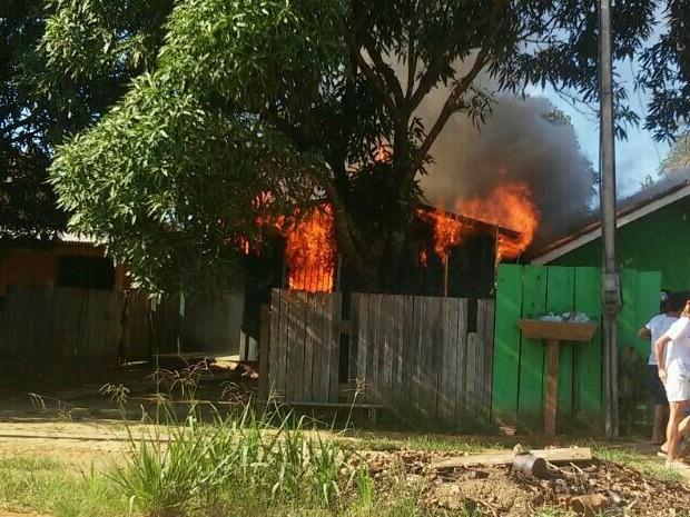 Por não ter bombeiros na cidade, vizinhos ajudaram apagar o fogo (Foto: Lucas Bueno/ Cujubim 190)