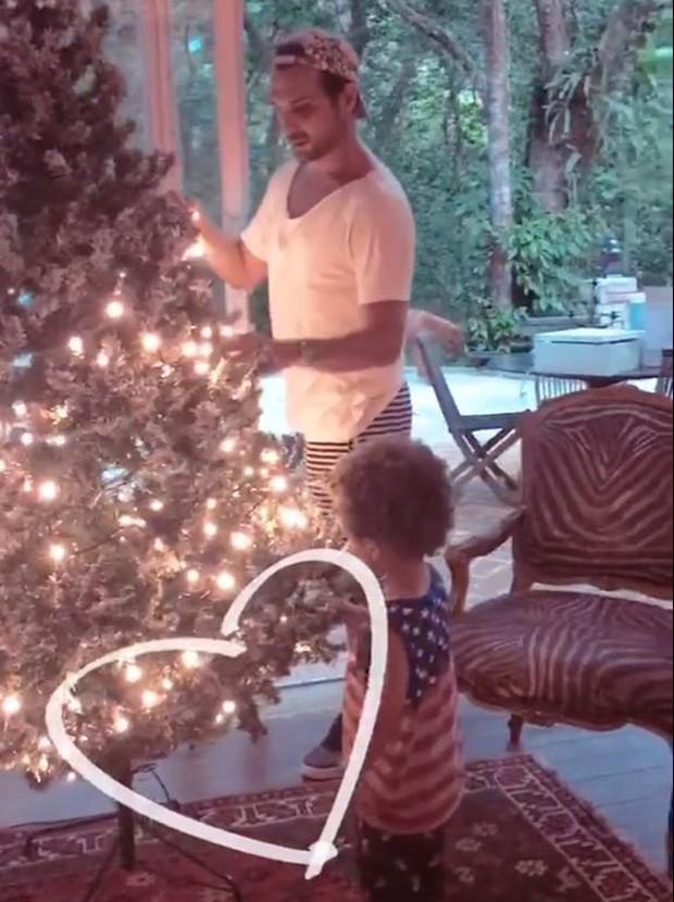 Igor Rickli monta árvore de Natal com o filho, Antônio (Foto: Reprodução/Instagram)