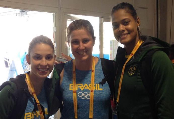 Ana Paula Vergutz com Camila Brait e Adenízia, da seleção feminina de vôlei (Foto: Arquivo Pessoal)
