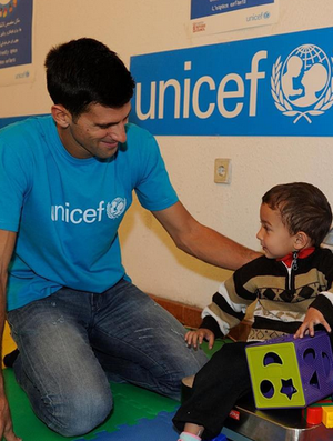 Djokovic durante sua visita com ao centro de crianças refugiadas (Foto: Divulgação)