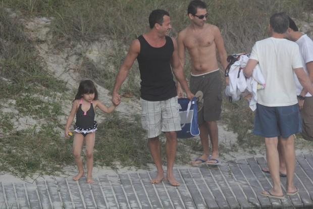 Malvino Salvador com a filha na praia (Foto:  Fábio Martins/Photorionews)